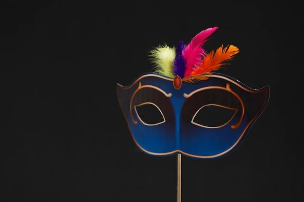 Máscara de carnaval en la oscuridad