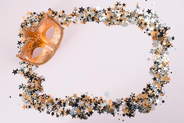 Máscara de carnaval con pequeñas lentejuelas en mesa.