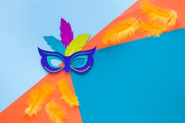 Máscara de carnaval con plumas y espacio de copia