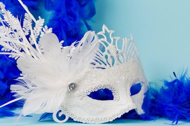 Máscara de carnaval con plumas