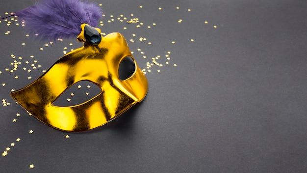 Máscara de carnaval de primer plano con brillo