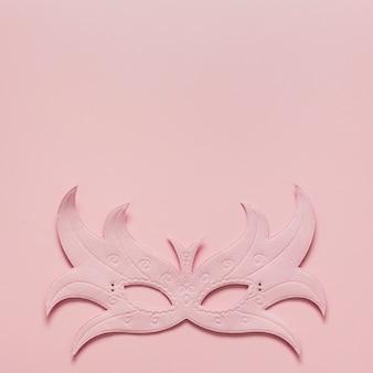 Máscara de carnaval rosa con espacio de copia