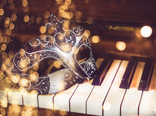 Máscara de carnaval en teclas de piano