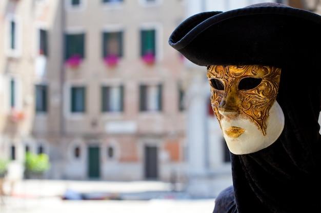 Una máscara de carnaval típica de venecia