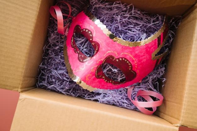 Máscara colocada en caja artesanal.