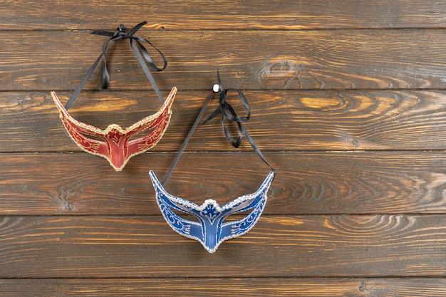 La máscara colombina, roja, azul de carnaval o mascarada