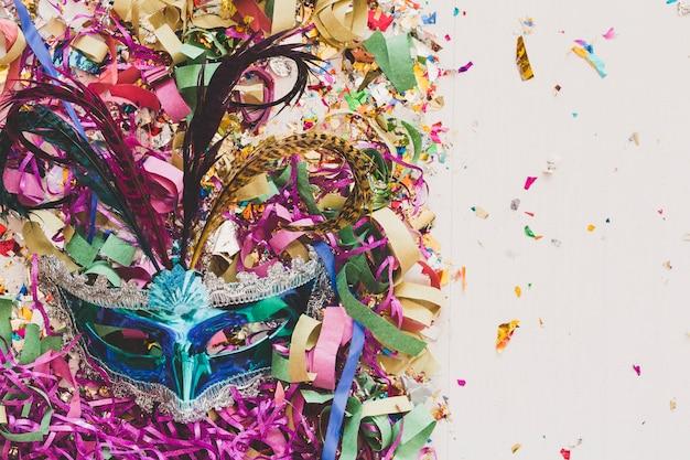 Máscara colorida de carnaval en confeti