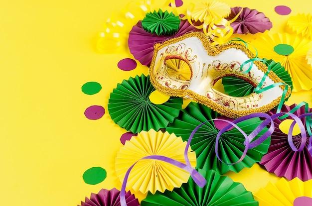 Máscara de confeti de colores tarjeta de felicitación de serpentina de colores carnaval mardi gras navidad