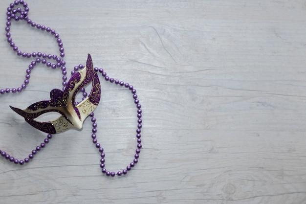 Máscara en cuentas de lila