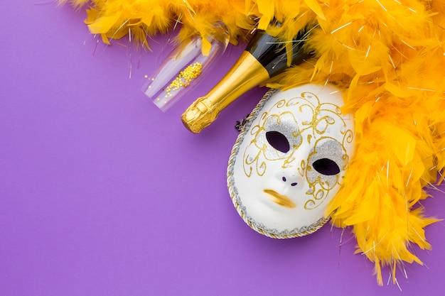Máscara festiva de carnaval con botella de champagne