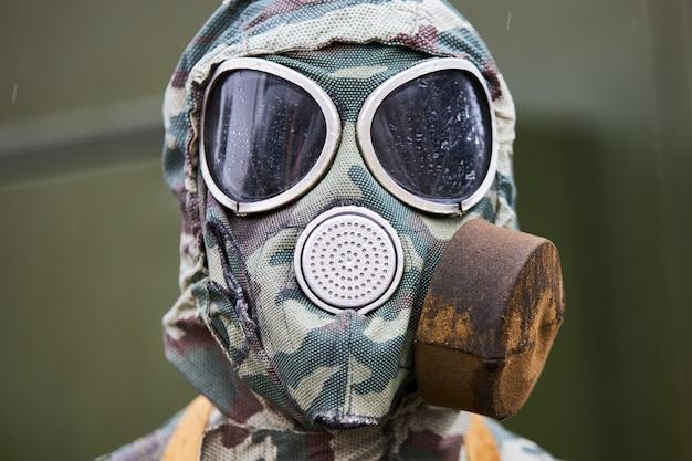 Máscara de gas moderna individual de un soldado ruso, primer plano