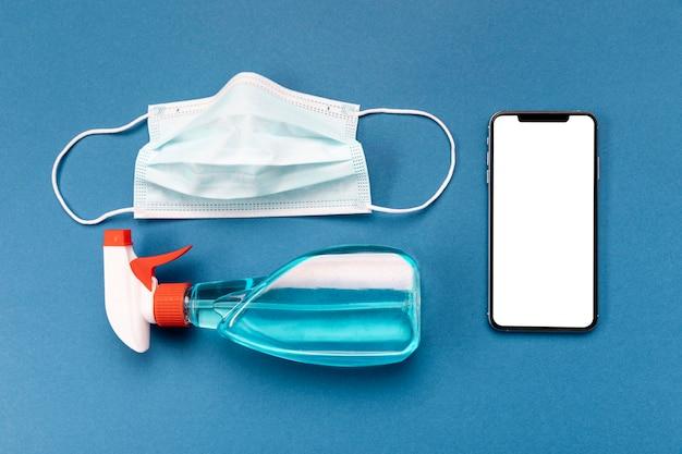 Máscara médica laica plana con teléfono en blanco