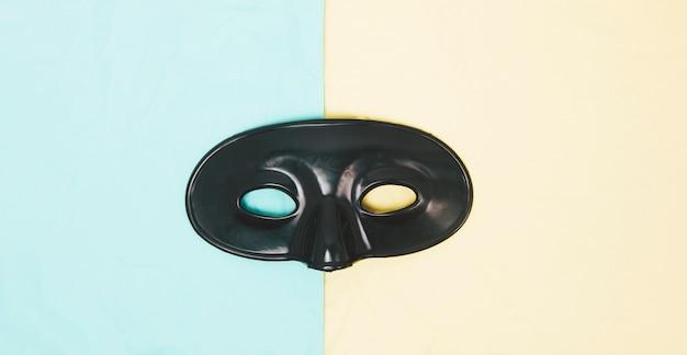Máscara de ojo negro sobre fondo dual