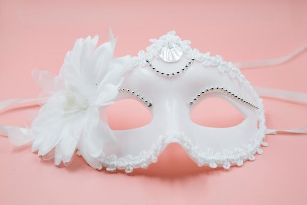 Máscara ornamental de moda blanca para carnaval.