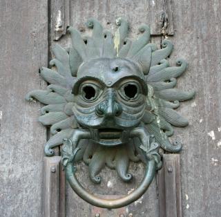 La máscara de la puerta aldaba