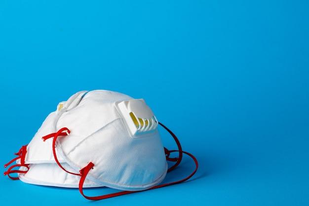 Máscara de respiración médica blanca para protección contra virus y contaminación