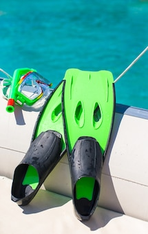 Máscara, snorkel y aletas para bucear en el bote.