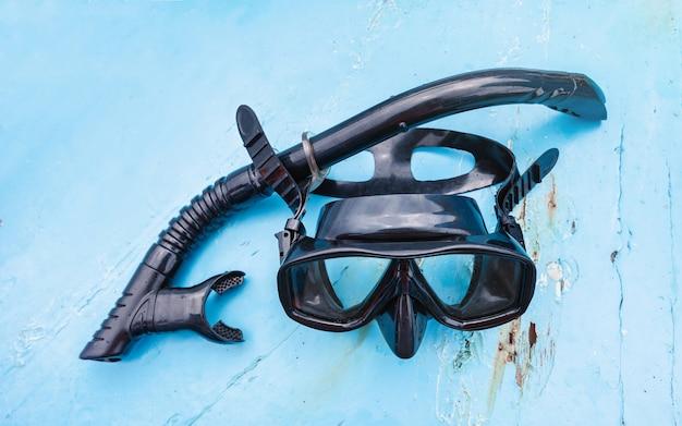 Máscara de snorkel puesta en el piso del bote ambulante.