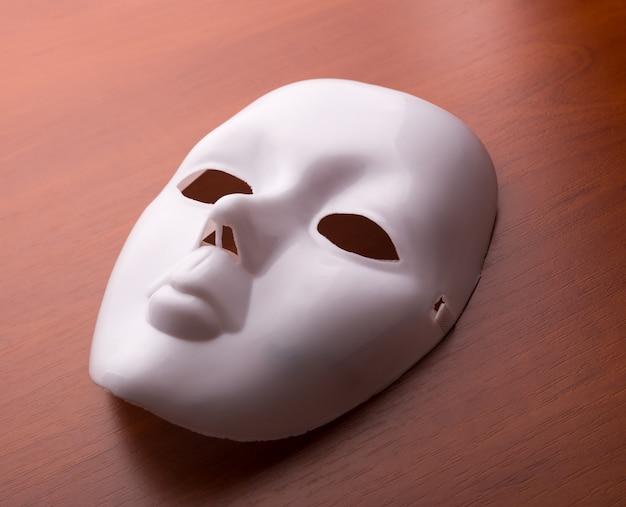 Máscara de teatro sobre la mesa