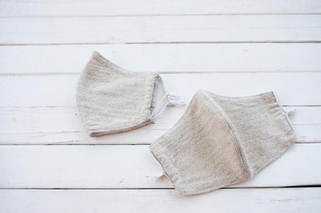 Máscara de tela de algodón y muselina, cosida a mano en crema. utilizada para protección.