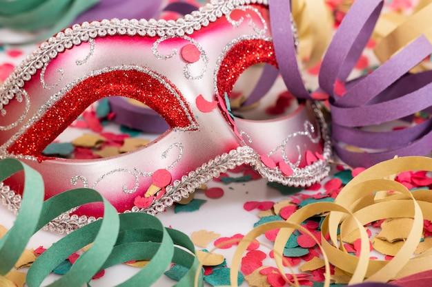 Máscara veneciana con confeti.