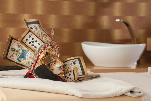 Máscara veneciana en un cuarto de baño