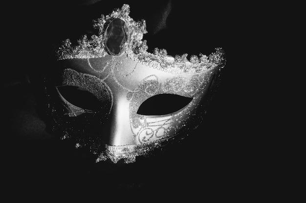 Máscara veneciana gris en un fondo oscuro