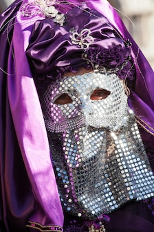 Máscara veneciana con paiette cromado y velo morado.