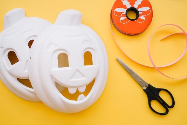 Máscaras blancas de halloween en forma de calabazas.
