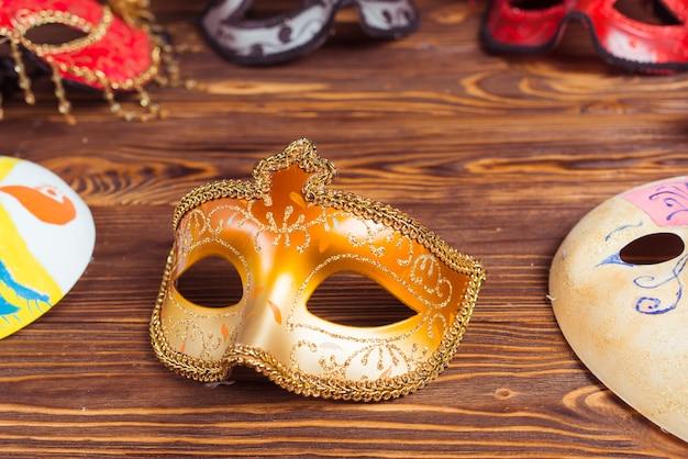 Máscaras de carnaval en la mesa