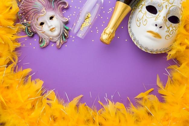 Máscaras de carnaval con plumas y champaña.
