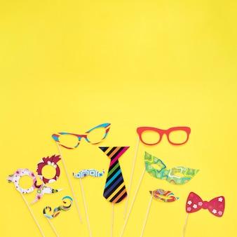 Máscaras coloridas en palos