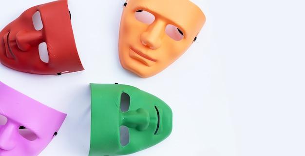 Máscaras faciales sobre superficie blanca. vista superior