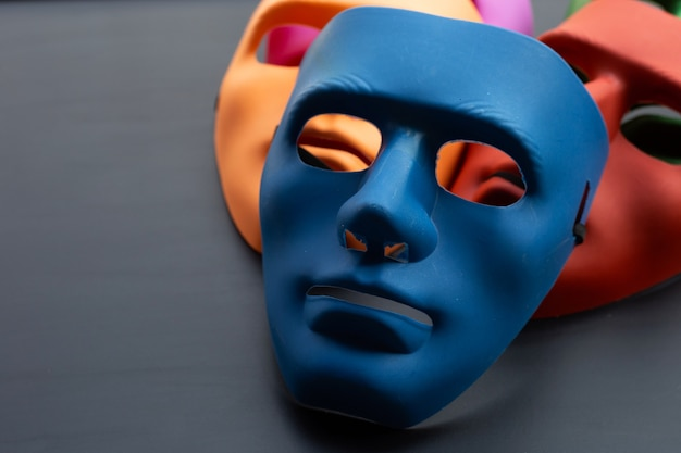 Máscaras faciales sobre superficie oscura. copia espacio