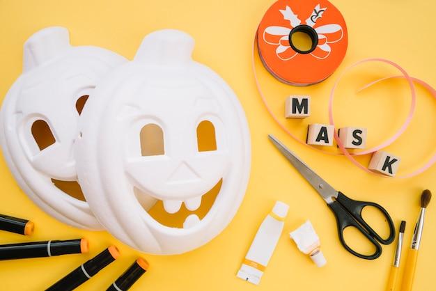 Máscaras de maqueta para halloween en proceso.