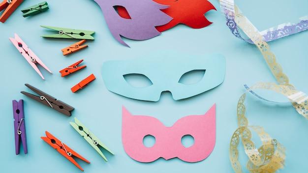 Máscaras de mascarada cerca de alfileres y cinta