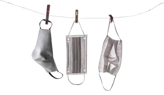 Las máscaras médicas se secan en pinzas para la ropa.