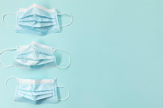 Máscaras quirúrgicas azules de vista superior con espacio de copia