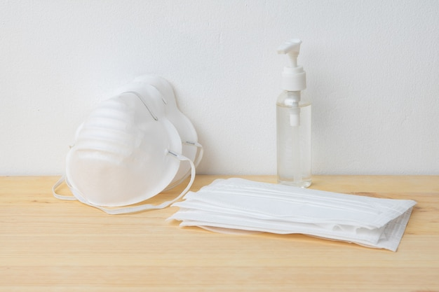 Máscaras quirúrgicas médicas para la prevención del coronavirus y gel desinfectante de manos para la protección contra el virus corona.