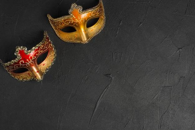 Máscaras rojas y doradas