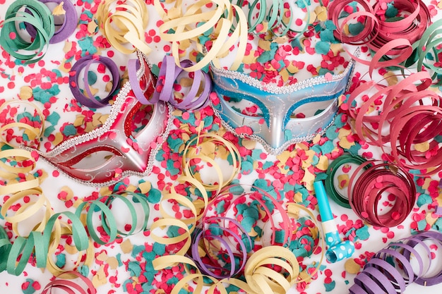 Máscaras venecianas con confeti.