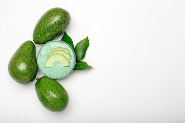 Mascarilla de aguacate en frasco de vidrio, mascarilla nutritiva casera a base de puré de aguacate.