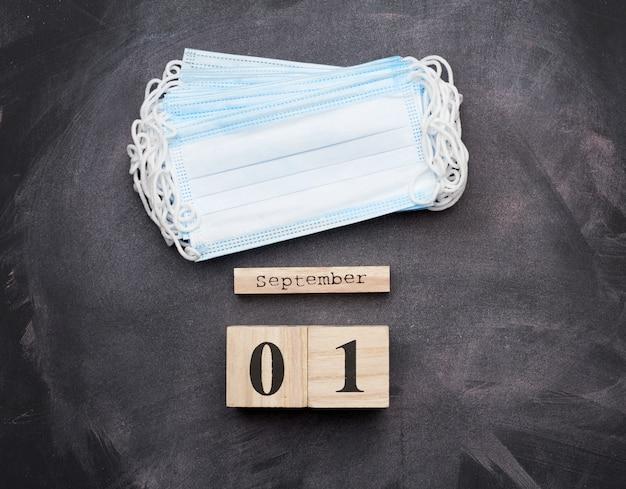 Mascarilla médica azul desechable con fecha del 1 de septiembre