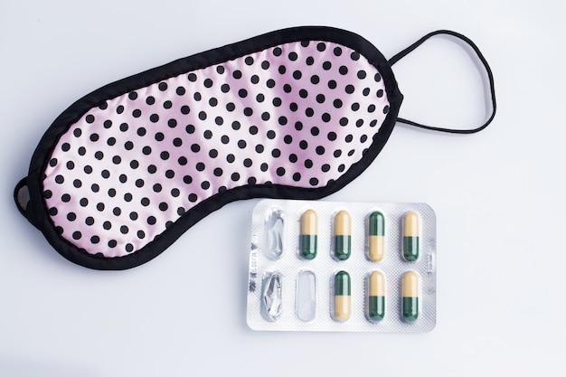 Mascarilla y pastillas para dormir