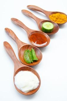 Mascarilla con yogur en polvo de cúrcuma y miel para la salud de la piel.