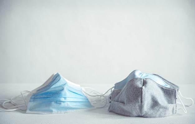 Mascarillas médicas desechables y mascarillas de algodón reutilizables.