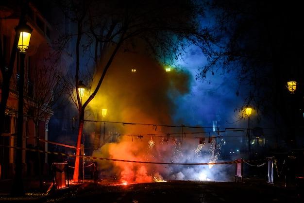 Mascleta colorida llena de petardos y fuegos artificiales con mucho humo y chispas.