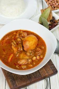 Massaman curry con pollo y arroz