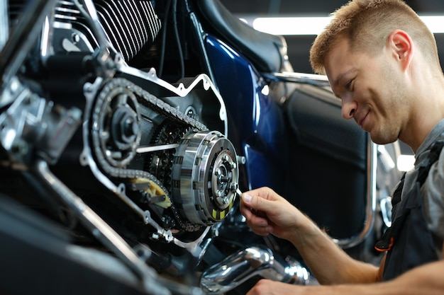 Master reparación de motocicletas en taller con llave