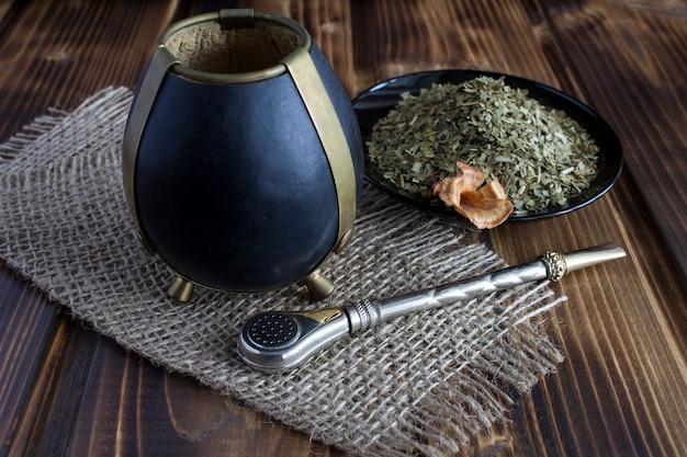 Mate de té en el fondo de madera rústica